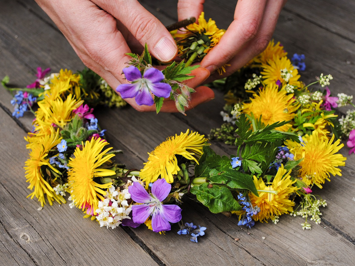 MAKING FLOWER CROWNS FOR CHILDREN - herbal academy