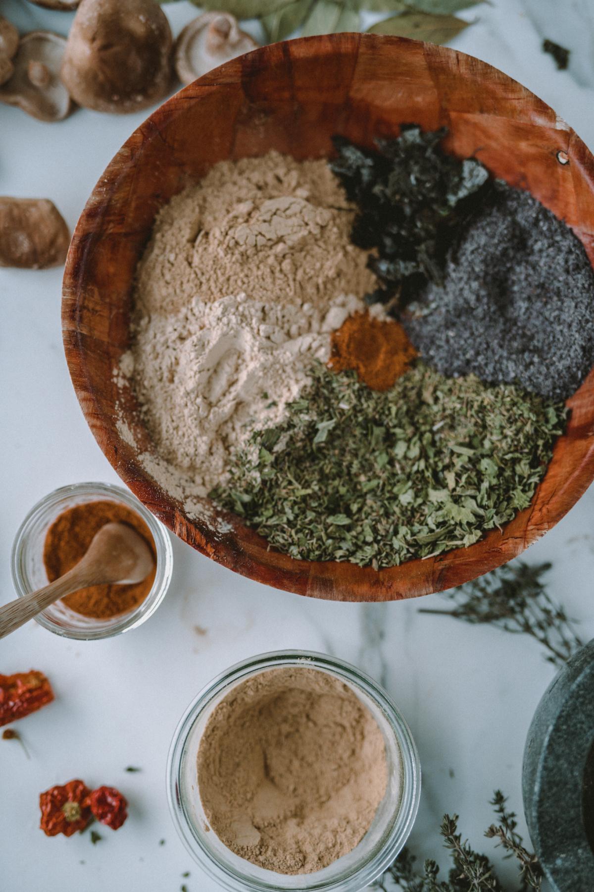mezcla de condimentos para sopa de hierbas en un tazón de madera